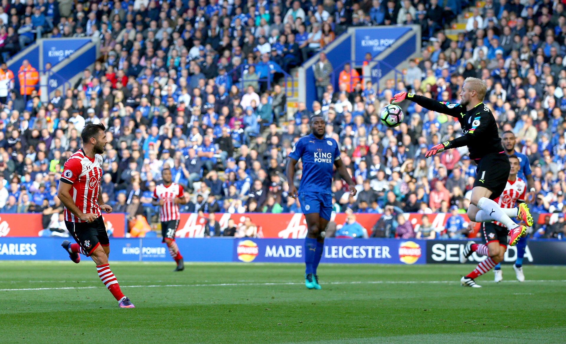 Charlie Austin is denied by kasper Schmeicel  during the Premier League match between Leicester City and Southampton at the King Power Stadium, Leicester, England on 2 October 2016. Photo by Matt  Watson/SFC/Digital South.