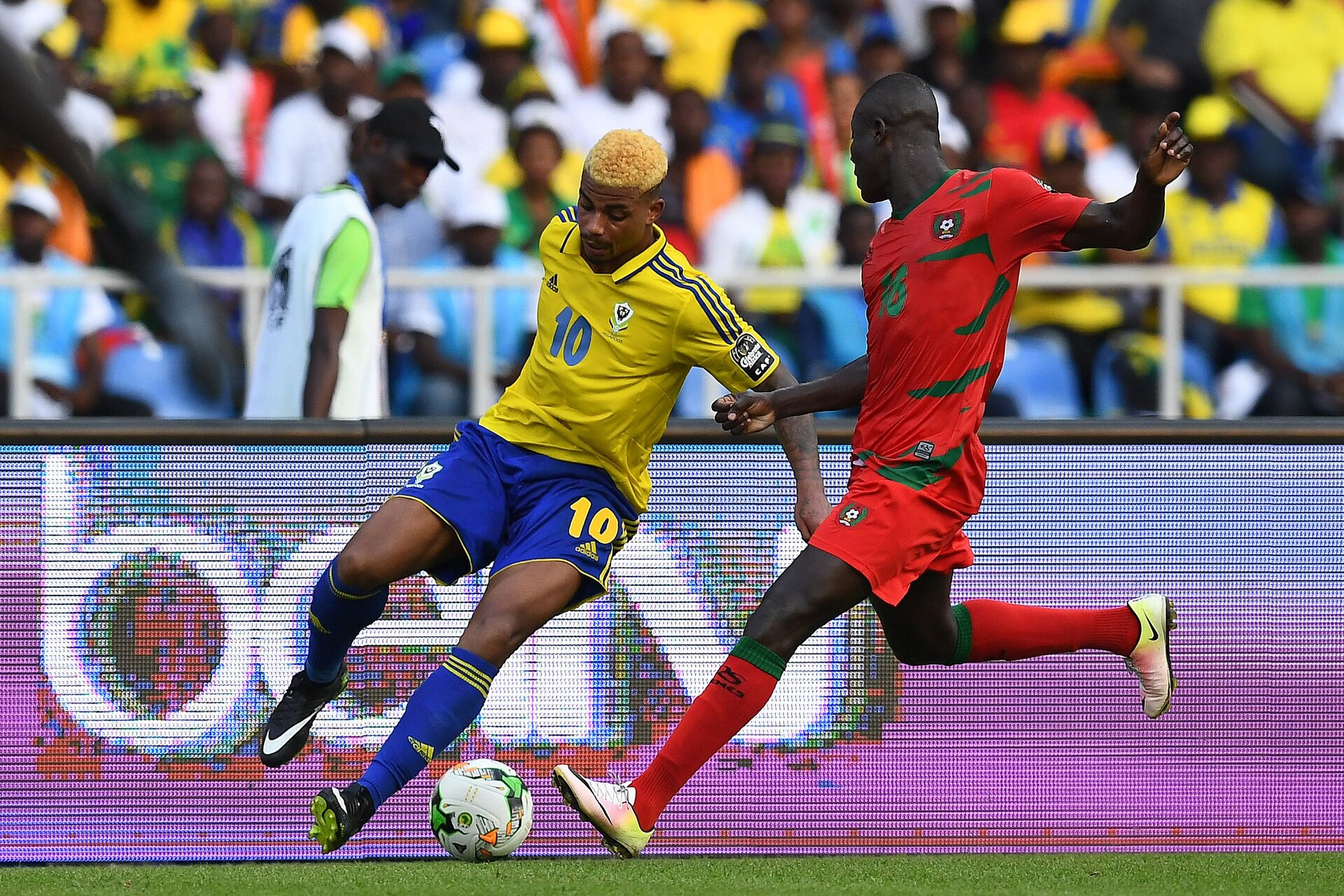 Gabon's midfielder Mario Lemina (L) challenges Guinea-Bissau's defender Agostinho Soares during the 2017 Africa Cup of Nations group A football match between Gabon and Guinea-Bissau at the Stade de l'Amitie Sino-Gabonaise in Libreville on January 14, 2017. / AFP / GABRIEL BOUYS        (Photo credit should read GABRIEL BOUYS/AFP/Getty Images)