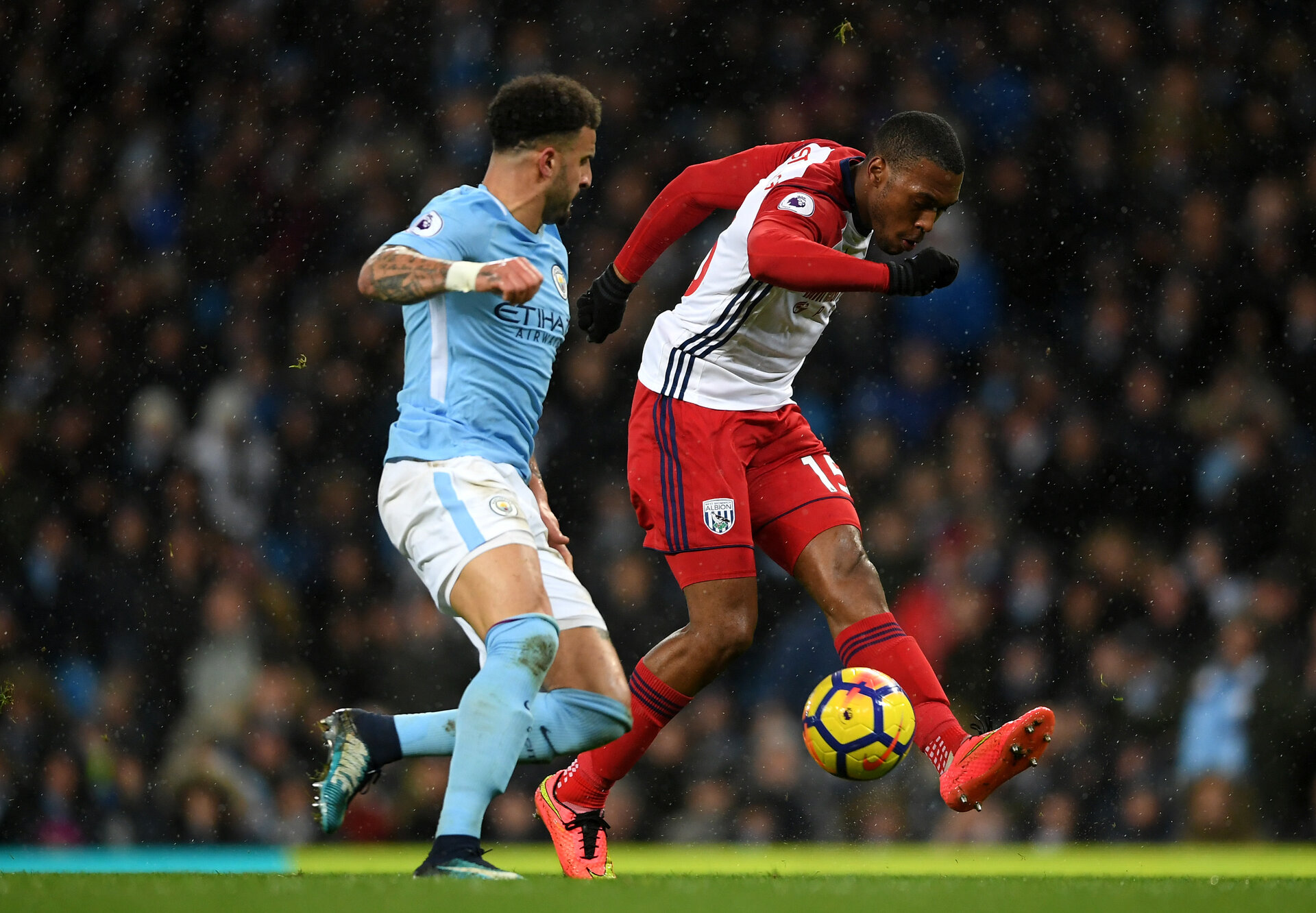 MANCHESTER, ENGLAND - JANUARY 31:  Daniel Sturridge of West Bromwich Albion controls the ball under pressure from Kyle Walker of Manchester City  during the Premier League match between Manchester City and West Bromwich Albion at Etihad Stadium on January 31, 2018 in Manchester, England.  (Photo by Laurence Griffiths/Getty Images)