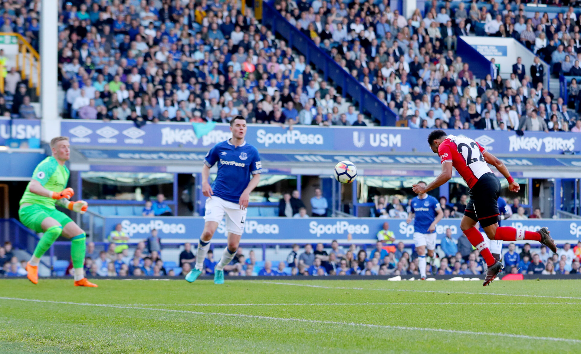 LIVERPOOL, ENGLAND - MAY 05: Nathan Redmond of Southampton puts his team 1-0 up with a header during the Premier League match between Everton and Southampton at Goodison Park on May 5, 2018 in Liverpool, England. (Photo by Matt Watson/Southampton FC via Getty Images)