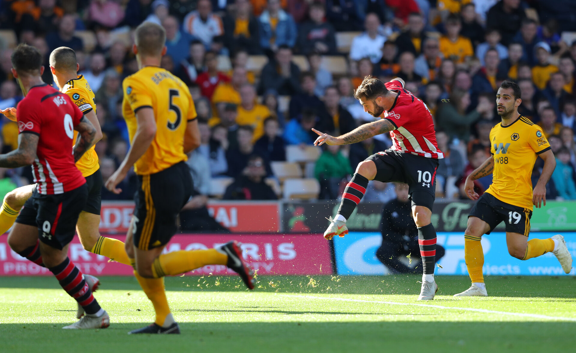 WOLVERHAMPTON, ENGLAND - SEPTEMBER 29: Charlie Austin of Southampton shoots at goal during the Premier League match between Wolverhampton Wanderers and Southampton FC at Molineux on September 29, 2018 in Wolverhampton, United Kingdom. (Photo by Matt Watson/Southampton FC via Getty Images)
