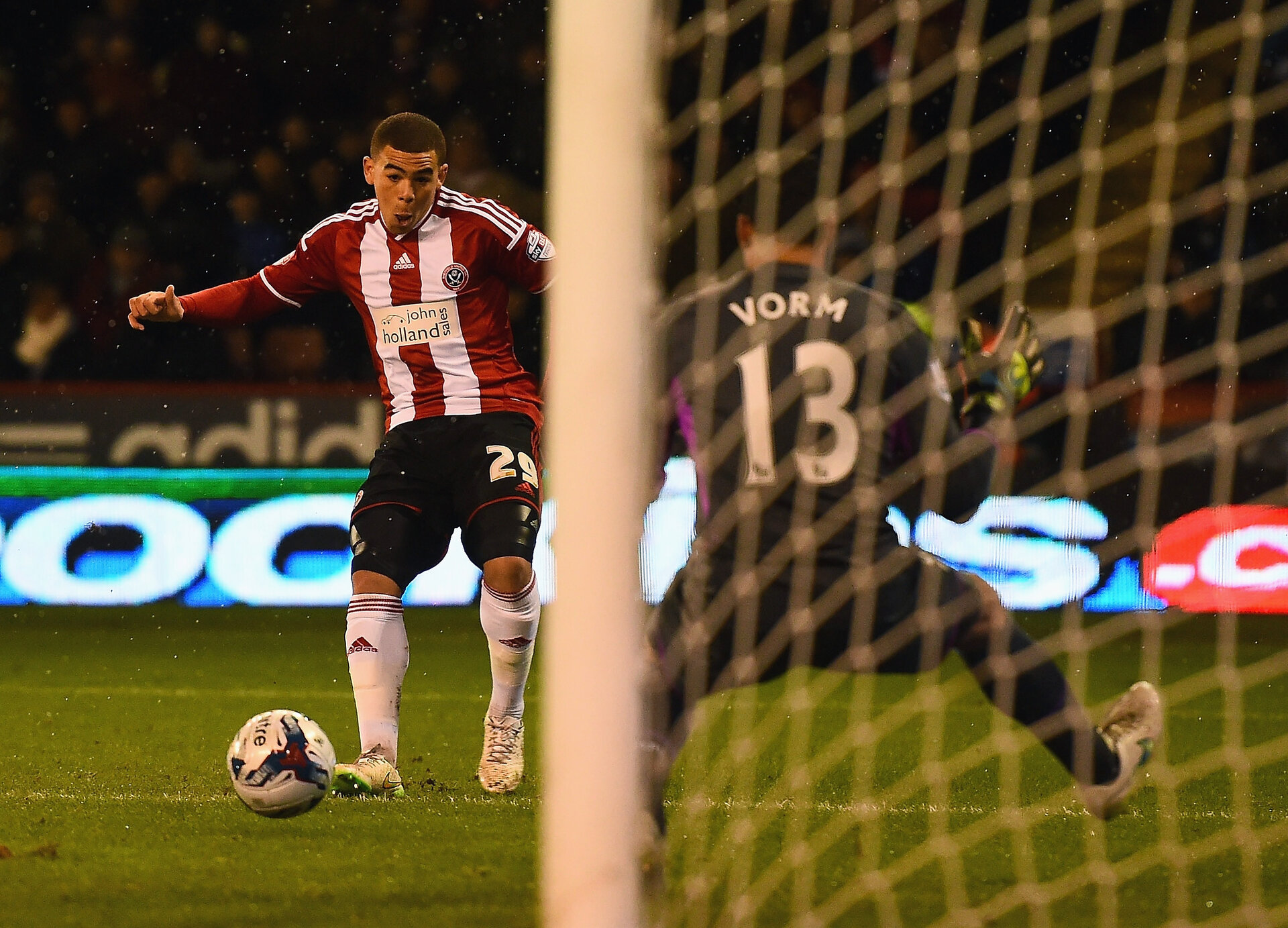 SHEFFIELD, ENGLAND - JANUARY 28: Che Adams of Sheffield United scores his first goal during the Capital One Cup Semi-Final Second Leg match between Sheffield United and Tottenham Hotspur at Bramall Lane on January 28, 2015 in Sheffield, England.  (Photo by Laurence Griffiths/Getty Images)