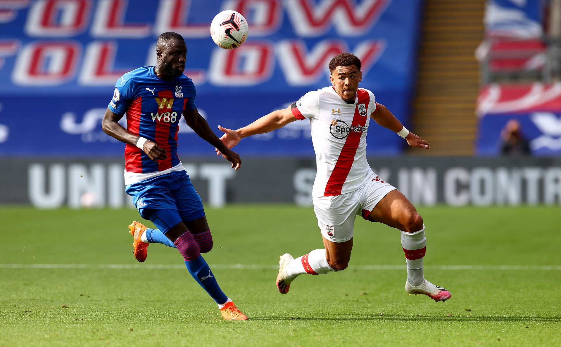LONDON, ENGLAND - SEPTEMBER 12: Cheikhou Kouyate(L) of Crystal Palace and Ché Adams(R) of Southampton during the Premier League match between Crystal Palace and Southampton at Selhurst Park on September 12, 2020 in London, United Kingdom. (Photo by Matt Watson/Southampton FC via Getty Images)