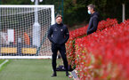 SOUTHAMPTON, ENGLAND - MAY 13: Southampton manager Ralph Hasenhüttl(L) speaks with club doctor Iñigo Sarriegui(R) during a Southampton FC training session at the Staplewood Campus on May 13, 2021 in Southampton, England. (Photo by Matt Watson/Southampton FC via Getty Images)