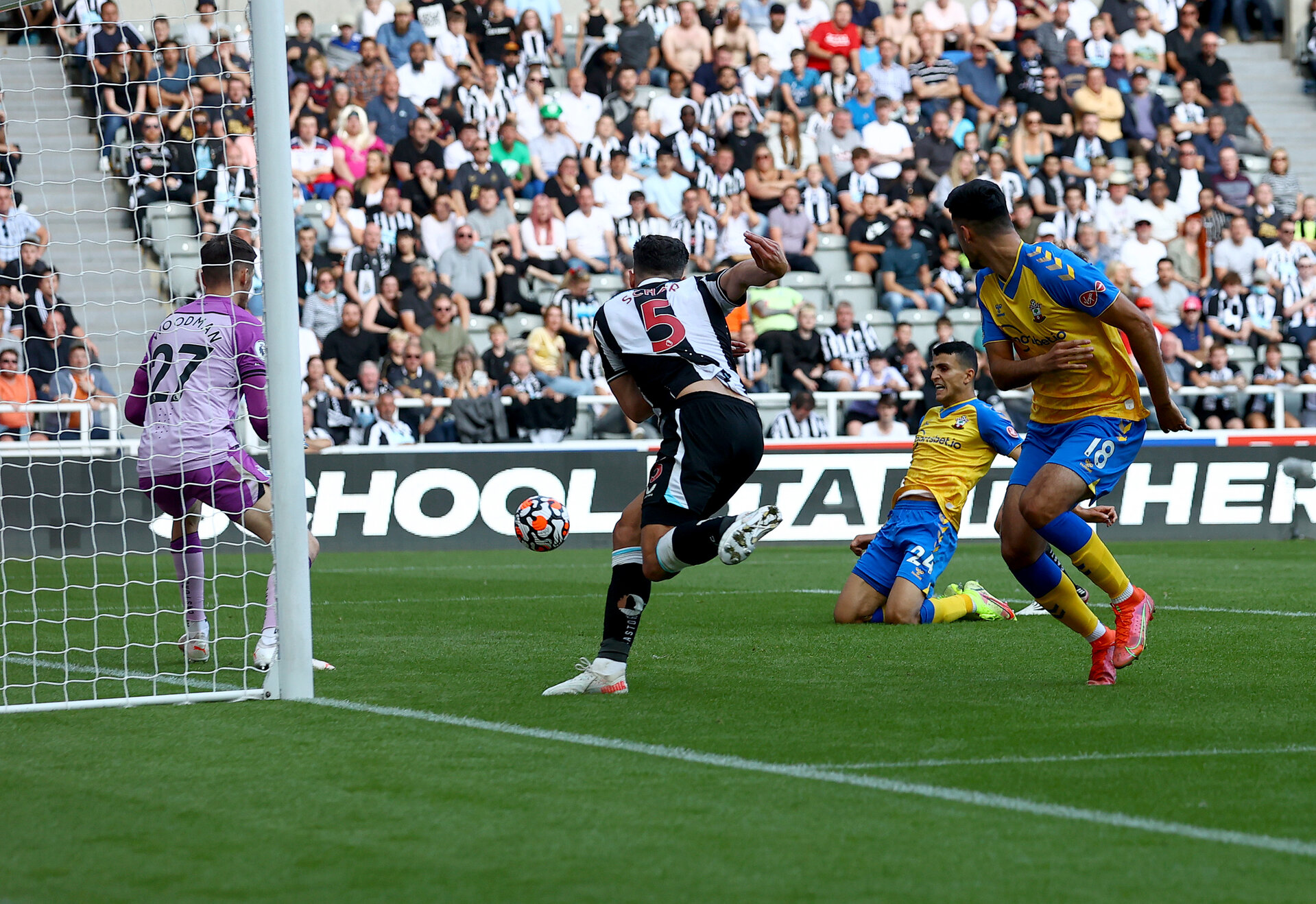 NEWCASTLE UPON TYNE, ENGLAND - AUGUST 28: Mohamed Elyounoussi of Southampton scores to make it 1-1 during the Premier League match between Newcastle United  and  Southampton at St. James Park on August 28, 2021 in Newcastle upon Tyne, England. (Photo by Matt Watson/Southampton FC via Getty Images)